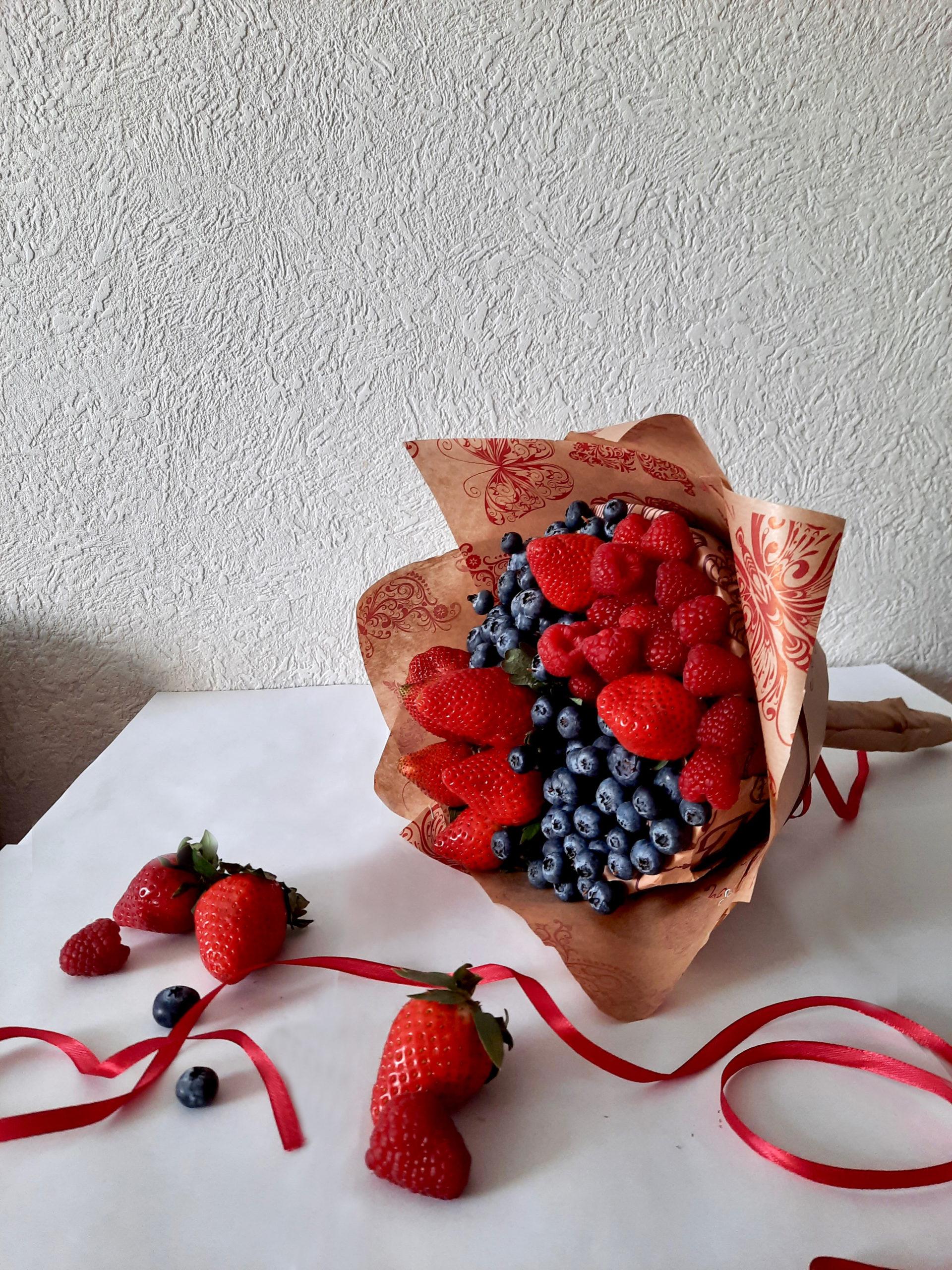 Клубника и ягоды букет